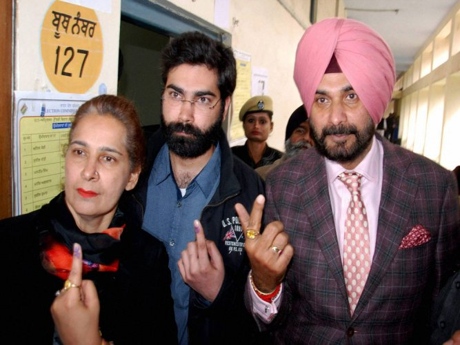 Sidhu 'violates' model code, enters polling premises in cars