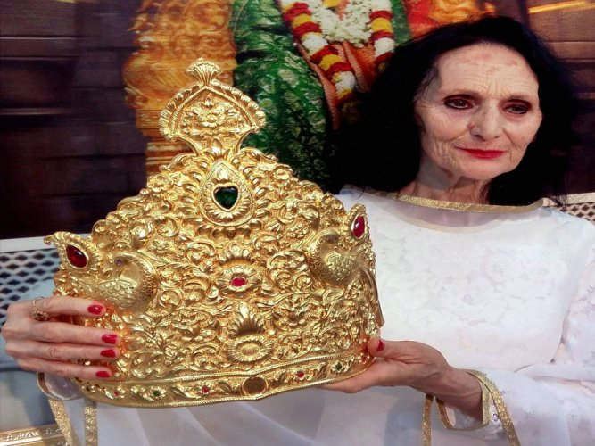 Italian woman donates Rs 28 lakh gold crown to Saibaba