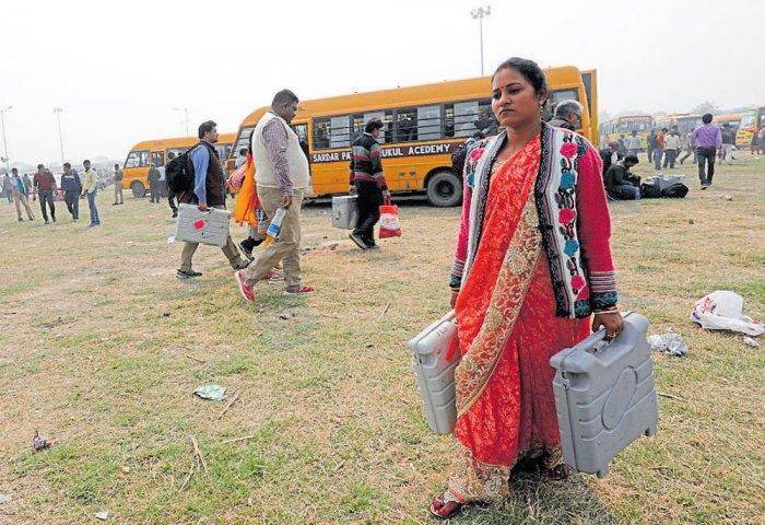Mulayam, Akhilesh root for Aparna Yadav | Deccan Herald