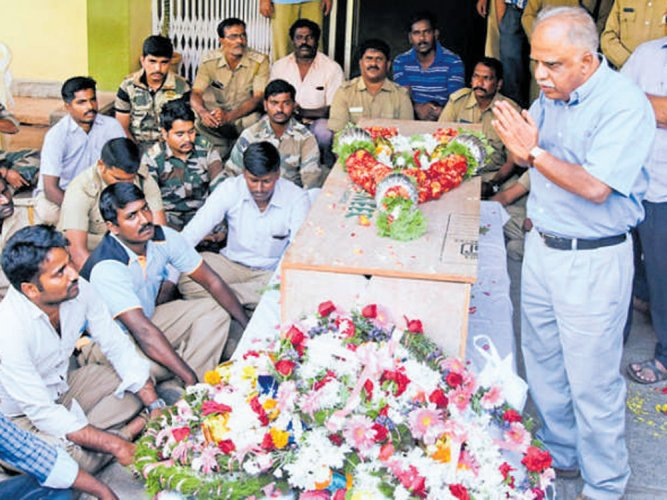 Forest staff hold stir for higher aid to kin  of guard killed in fire