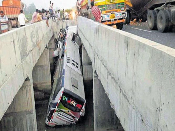 11 dead, 30 injured as bus falls off bridge in AP