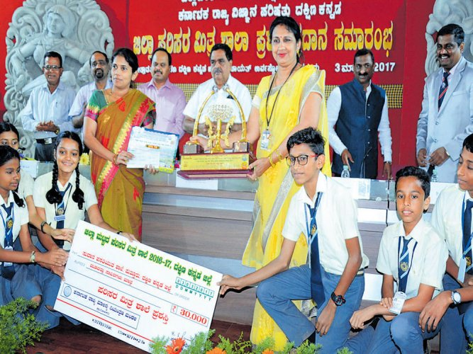 Sudana school of Puttur gets Parisara Mitra award