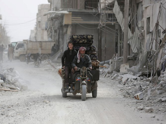 Tens of thousands flee clashes between Syria army, IS