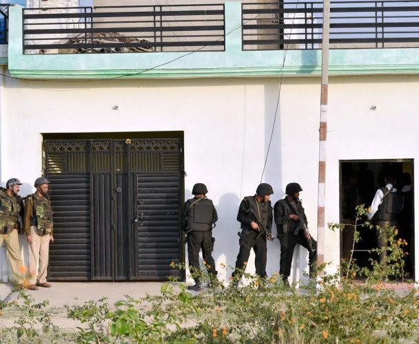 Terrorists  holed up in Lucknow house
