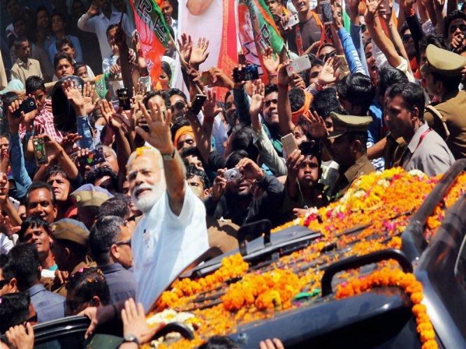 Modi takes victory walk to BJP headquarters