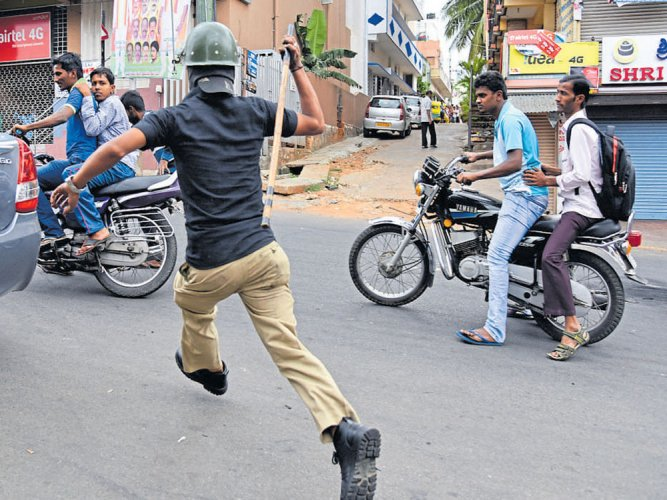 Casual clothes strict no for police personnel while on duty