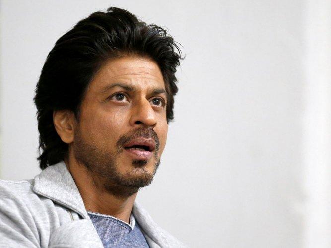 SRK's car runs over a photographer's foot