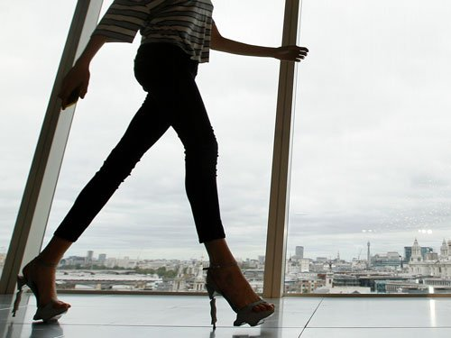 Skinny jeans, oversized bags may impact women's health: study