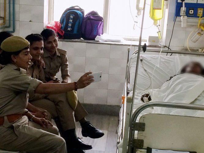 Cops take selfie with acid attack victim, suspended
