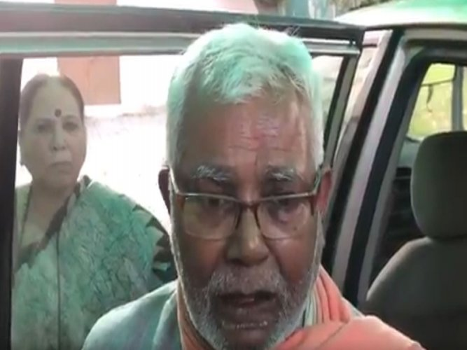 VVIP culture: MP travels solo in airport bus in Patna