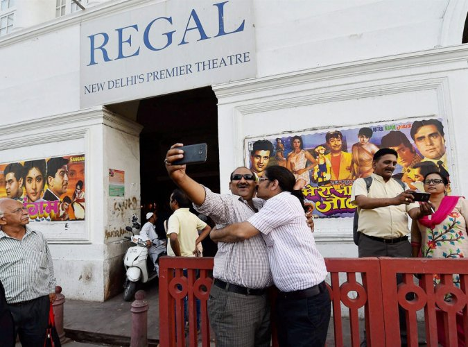 At midnight, 'Regal' turned into 'Sangam' of cinema lovers