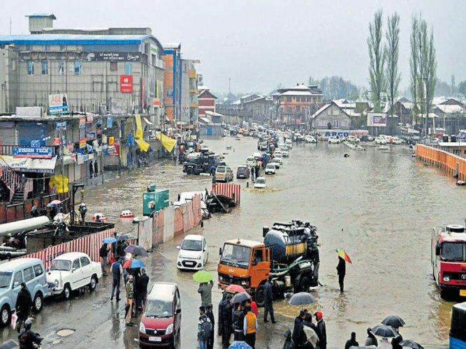 Rain triggers floods in Kashmir