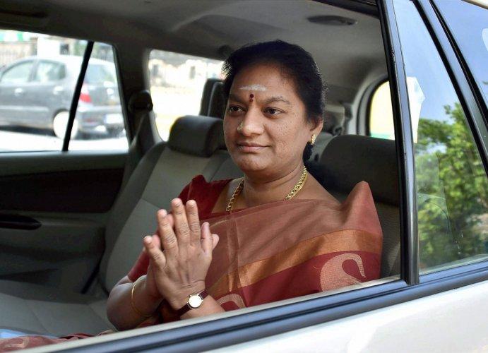 Sasikala Pushpa approaches EC against Dinakaran