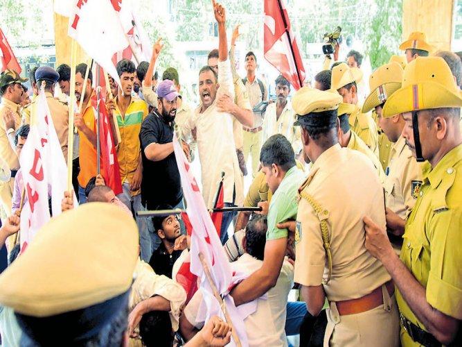 DYFI activists try to picket MCCoffice; court arrest