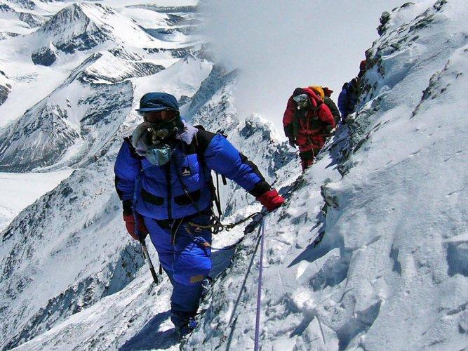 Nepal braces for 'traffic jam' at Mt Everest