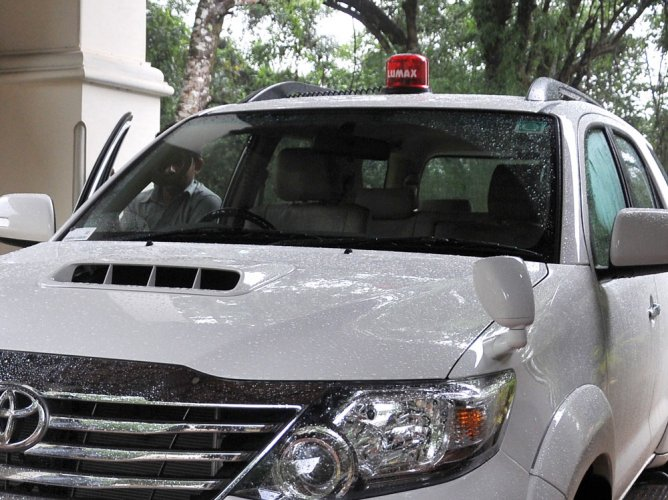 Centre bans use of red beacons atop of VIP cars