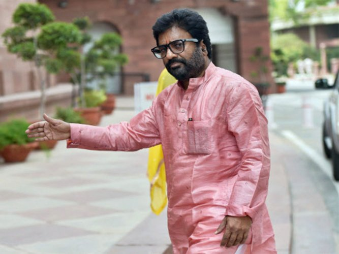 Sena MP Ravindra Gaikwad engages in 'verbal spat' with cops