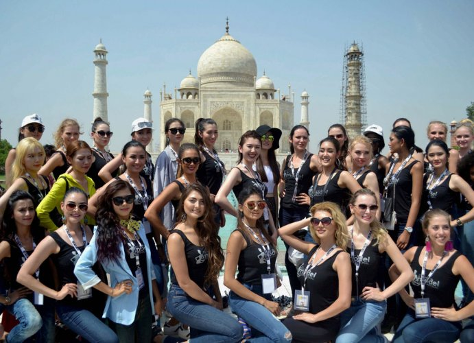 Foreign models made to take off saffron dupatta at Taj