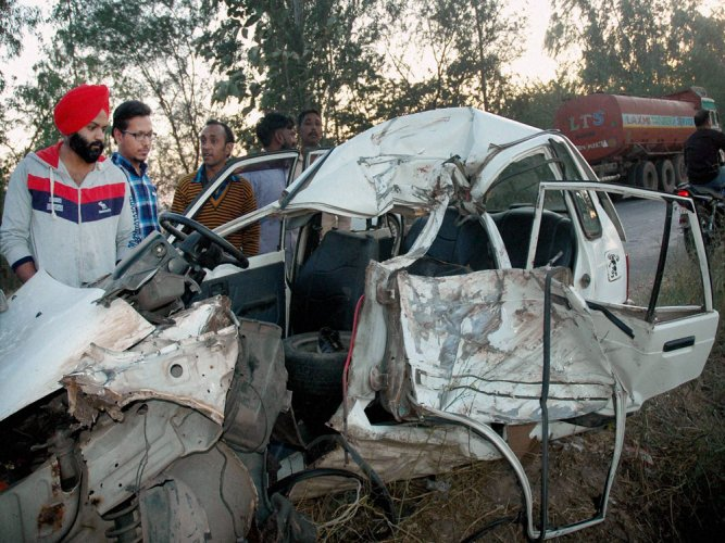 6 killed, 13 injured as minibus rams into truck in Sangli