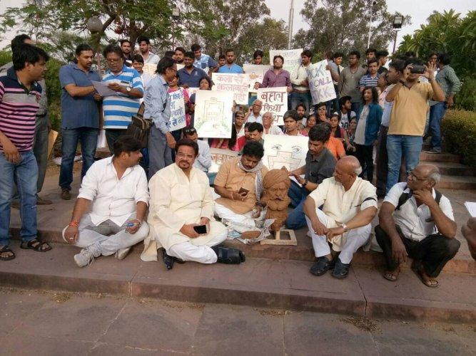 R'sthan: 150 artists stage protest against govt for altering constitution of JKK