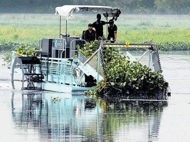 Weeding machines from Mumbai begin cleaning Bellandur lake