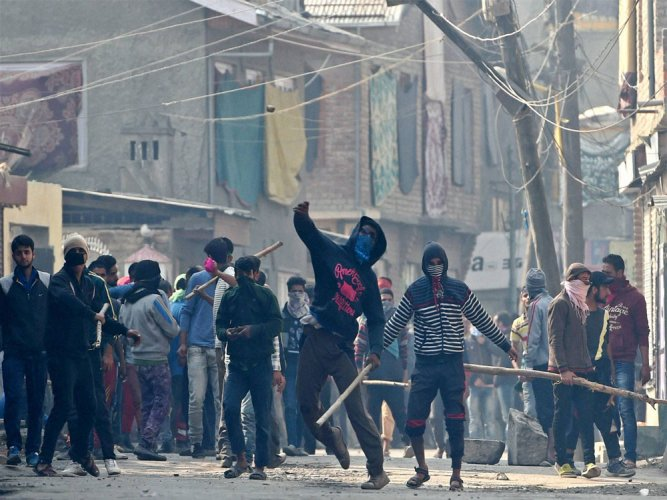 J&K: Clashes between students and security forces in Anantnag, Baramulla