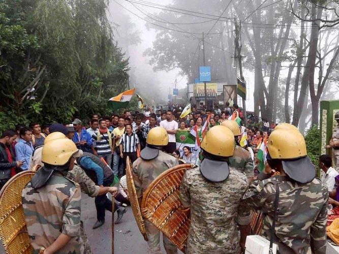 Violence continues in Darjeeling hills, Army patrols streets