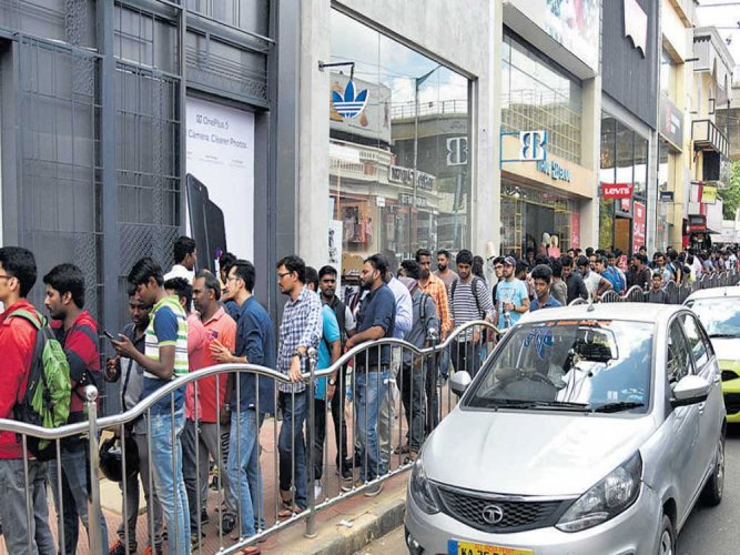 One Plus buyers dump online, stand in line for new mobile