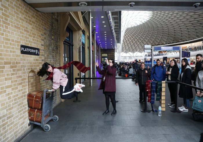 UK kids set world record to mark 20 years of Harry Potter