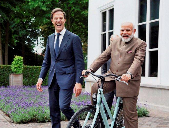 Dutch PM Rutte gifts bicycle to Modi
