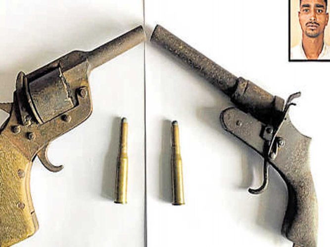 Man from Bihar  held, countrymade weapons seized