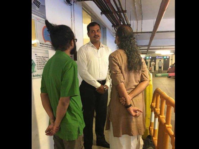 Film maker claims denial of entry to Kolkata mall (Video)