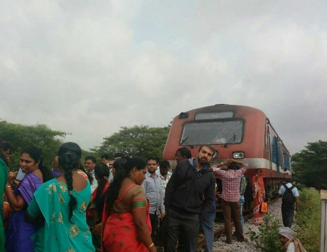 Angry commuters block Yeshwantpur-Hosur Passenger train for two hours over delay