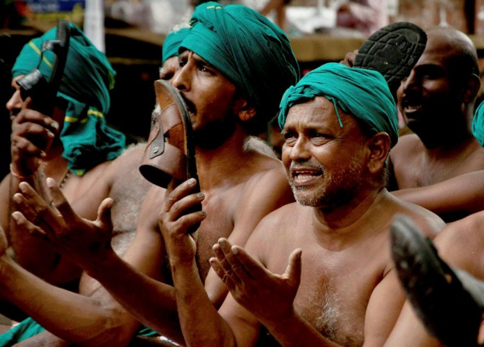 TN farmers protest against state's move to double pay of MLAs