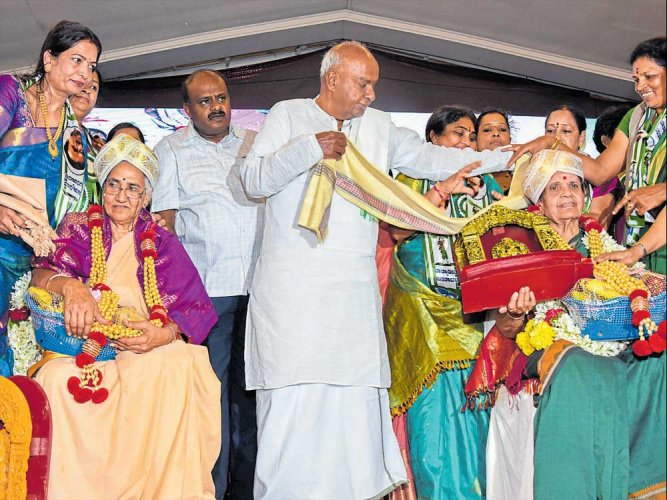 Gowda urges Modi to ensure passage of women's quota bill in LS