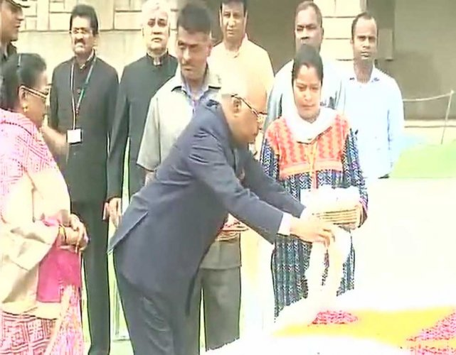 Kovind visits Rajghat before going to Rashtrapati Bhavan
