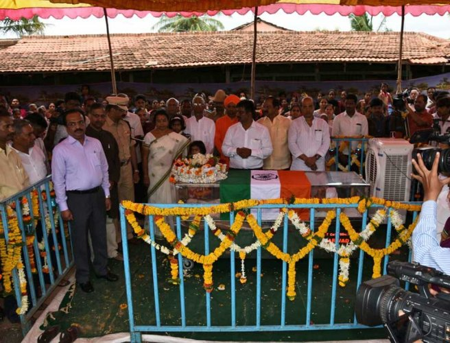 Theatre legend Enagi Balappa laid to rest with state honours