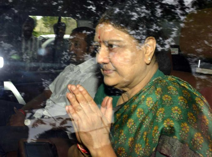 Sasikala visits husband Natarajan at hospital