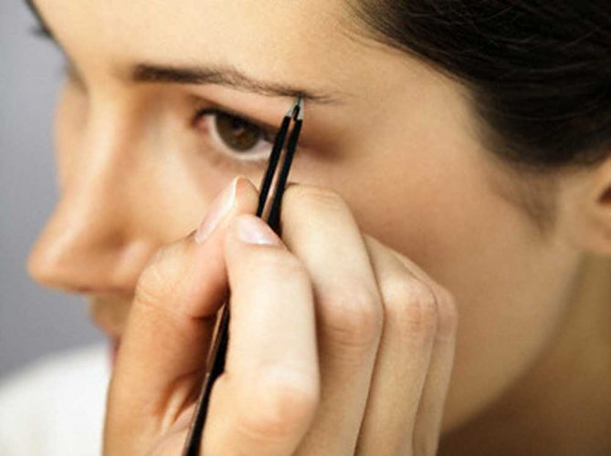 Women can't do eyebrows says Deoband fatwa