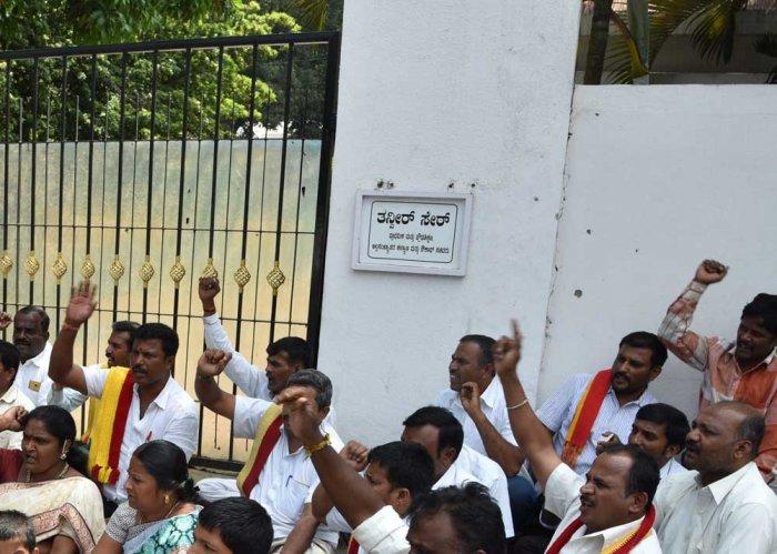 Pro-Kannada activists vandalise minister Tanveer Sait's house