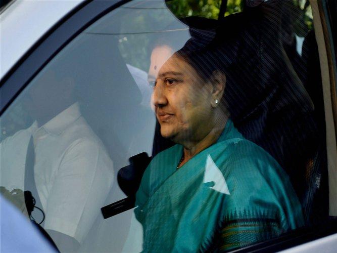 Sasikala leaves for Bengaluru prison as parole ends