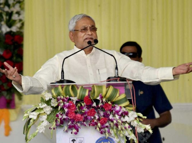 Nitish takes swipe at Cong at PM's function