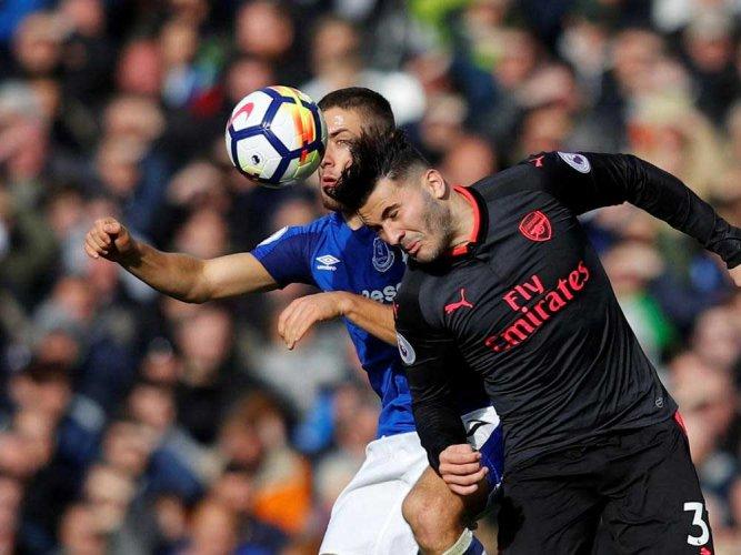 Dominant Arsenal ease past 10-man Everton