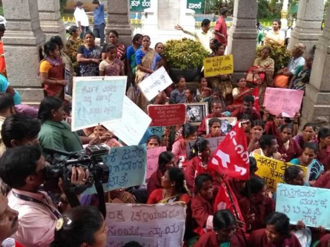 Pourakarmikas hold stir over harassment by garbage contractor