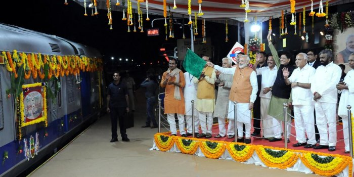 Cong delayed major projects: Modi