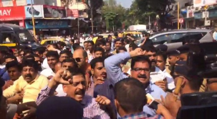 Hawkers issue turn ugly, Cong, MNS workers clash