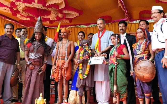 People raking up row over Hindi, says Kageri