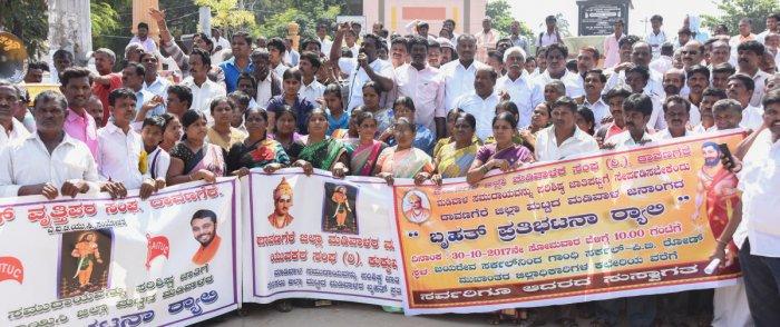 Madiwalas seek SC status, stage protest