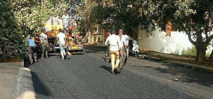 CM orders Palike to asphalt 500 km of major roads in city by Dec-end