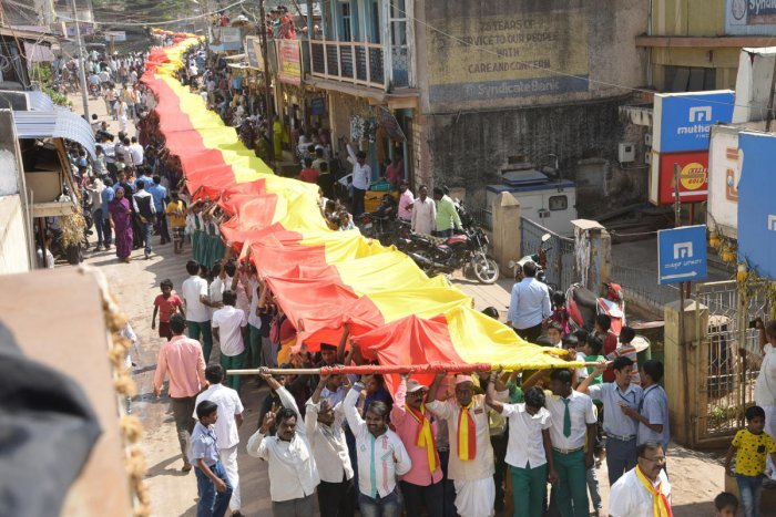 4,200 feet long Kannada flag taken out in procession